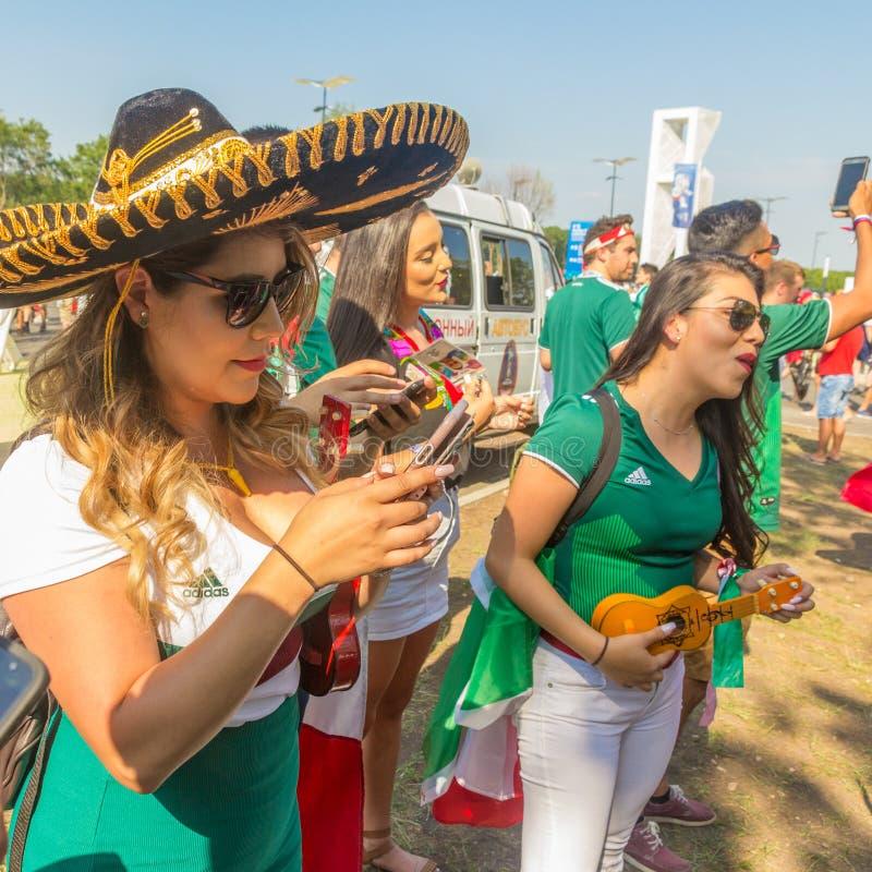 Πορτρέτο των μαζορετών ποδοσφαίρου από το Μεξικό στα εθνικά ενδύματα στοκ φωτογραφίες με δικαίωμα ελεύθερης χρήσης
