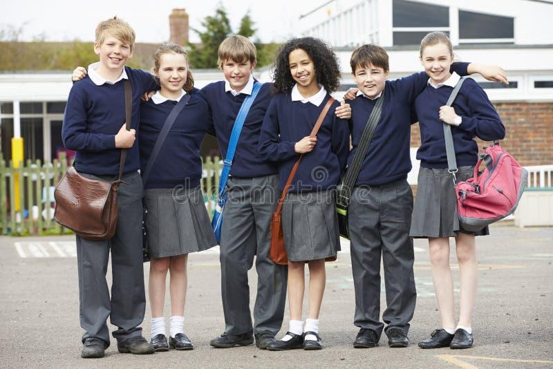 Πορτρέτο των μαθητών δημοτικού σχολείου στην παιδική χαρά στοκ φωτογραφία με δικαίωμα ελεύθερης χρήσης
