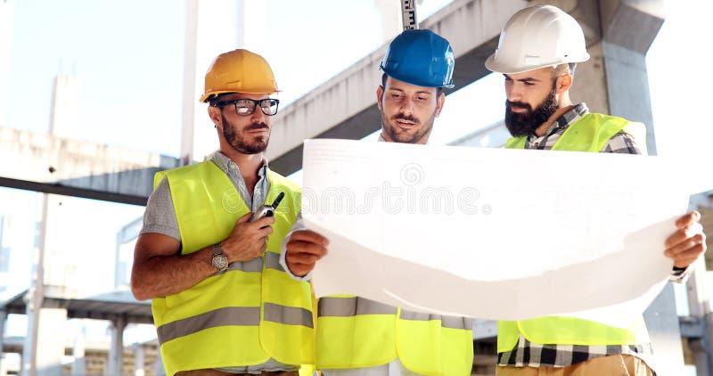 Πορτρέτο των μηχανικών κατασκευής που εργάζονται στο εργοτάξιο στοκ εικόνες