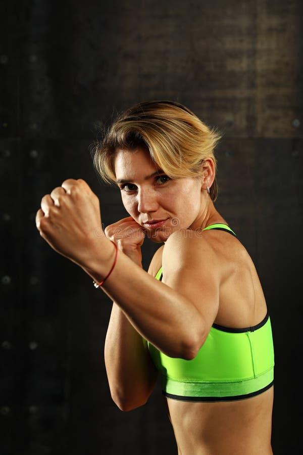 Πορτρέτο των νέων αθλητικών γυναικών στη θέση εγκιβωτισμού στοκ εικόνα με δικαίωμα ελεύθερης χρήσης