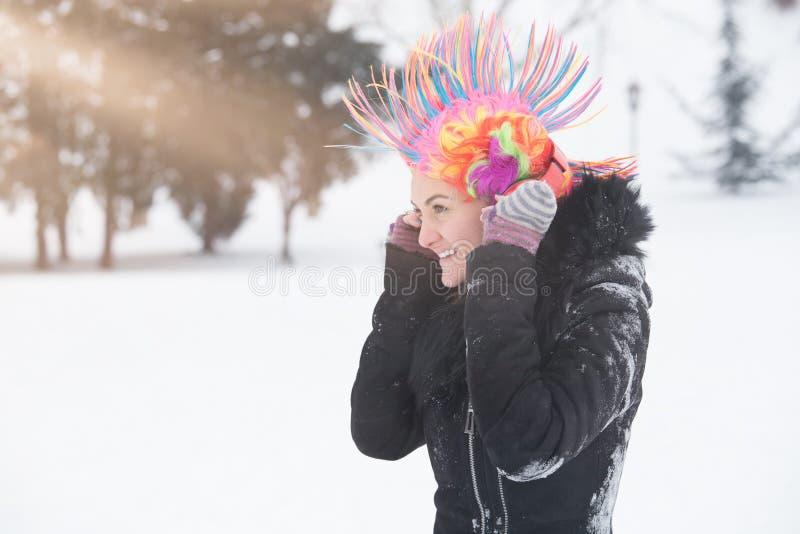 Πορτρέτο των νέων γυναικών με τη ζωηρόχρωμα περούκα και τα ακουστικά ο κλόουν στοκ εικόνες με δικαίωμα ελεύθερης χρήσης
