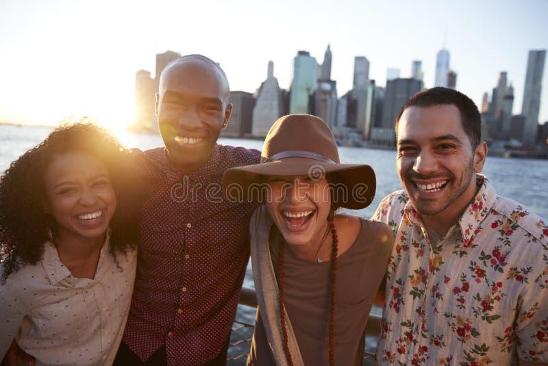 Πορτρέτο των νέων φίλων στο ταξίδι στο Μανχάταν στοκ εικόνα με δικαίωμα ελεύθερης χρήσης