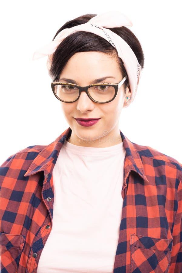 Πορτρέτο των νεολαιών αρκετά καρφίτσα-επάνω στο κορίτσι που φορά τα γυαλιά στοκ εικόνα
