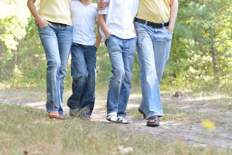 Πορτρέτο των ποδιών των ανθρώπων που περπατούν στο βρώμικο δρόμο κοντά επάνω στοκ εικόνες με δικαίωμα ελεύθερης χρήσης