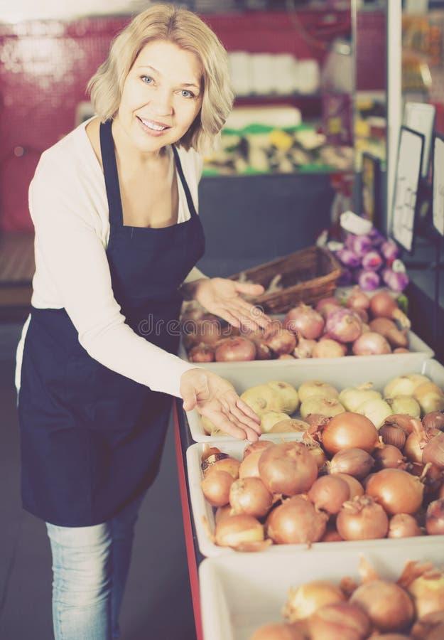 Πορτρέτο των πωλώντας λαχανικών γυναικών στο παντοπωλείο και το χαμόγελο στοκ φωτογραφία