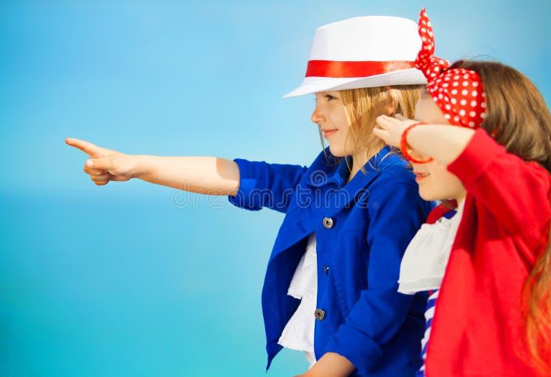 Πορτρέτο των σημείων παιδιών μόδας στη θάλασσα στοκ εικόνες