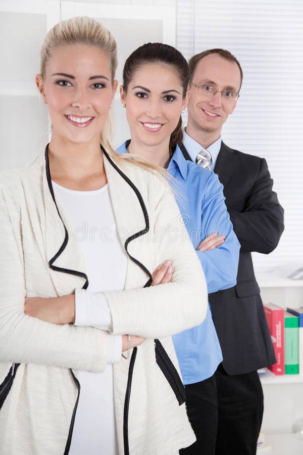 Πορτρέτο των υπαλλήλων σε ένα γραφείο - γυναίκα και άνδρας. στοκ φωτογραφία με δικαίωμα ελεύθερης χρήσης