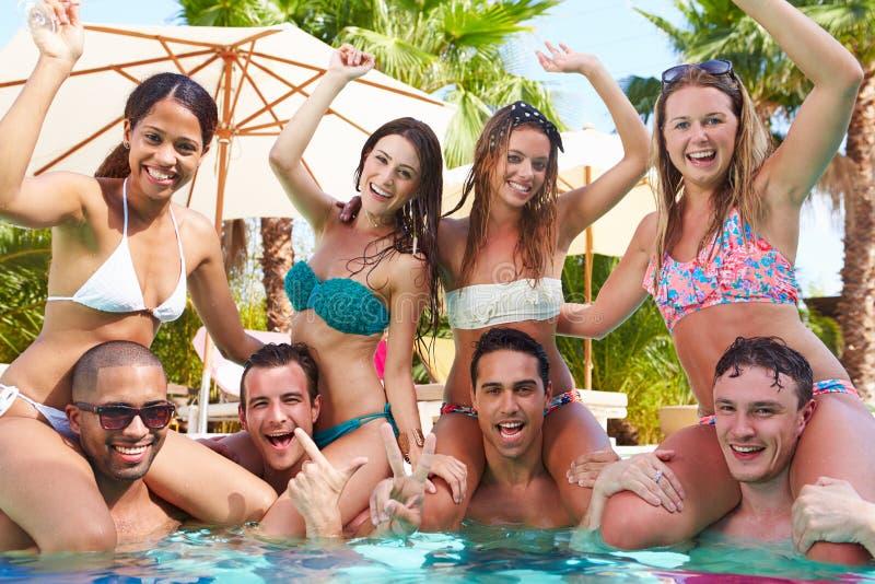 Πορτρέτο των φίλων που έχουν το κόμμα στην πισίνα στοκ φωτογραφία με δικαίωμα ελεύθερης χρήσης