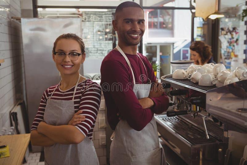Πορτρέτο των χαμογελώντας βέβαιων ιδιοκτητών στον καφέ στοκ εικόνες