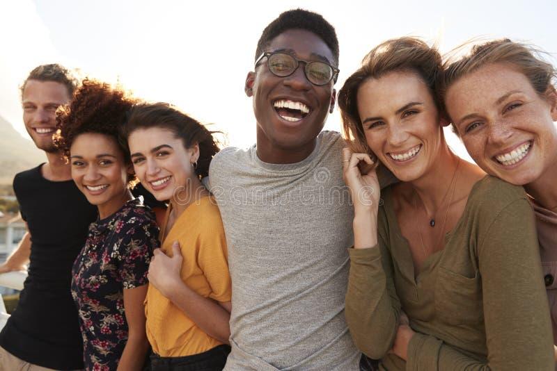Πορτρέτο των χαμογελώντας νέων φίλων που περπατούν υπαίθρια από κοινού στοκ φωτογραφίες με δικαίωμα ελεύθερης χρήσης