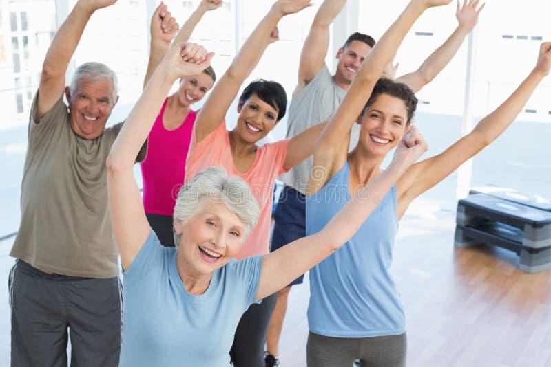 Πορτρέτο των χαμογελώντας ανθρώπων που κάνουν την άσκηση ικανότητας δύναμης στοκ εικόνες