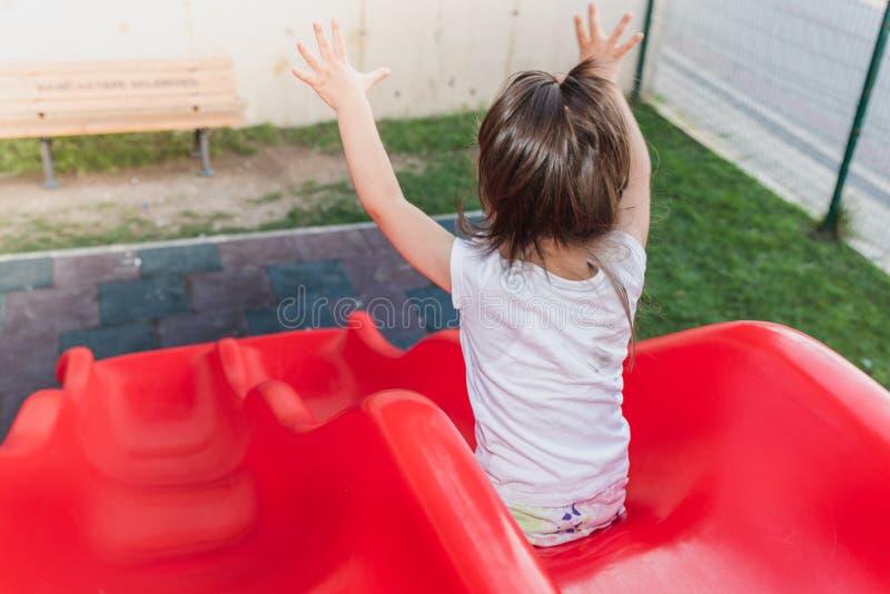 Πορτρέτο των χαριτωμένων χεριών μικρών κοριτσιών επάνω και γλιστρώντας στοκ εικόνα