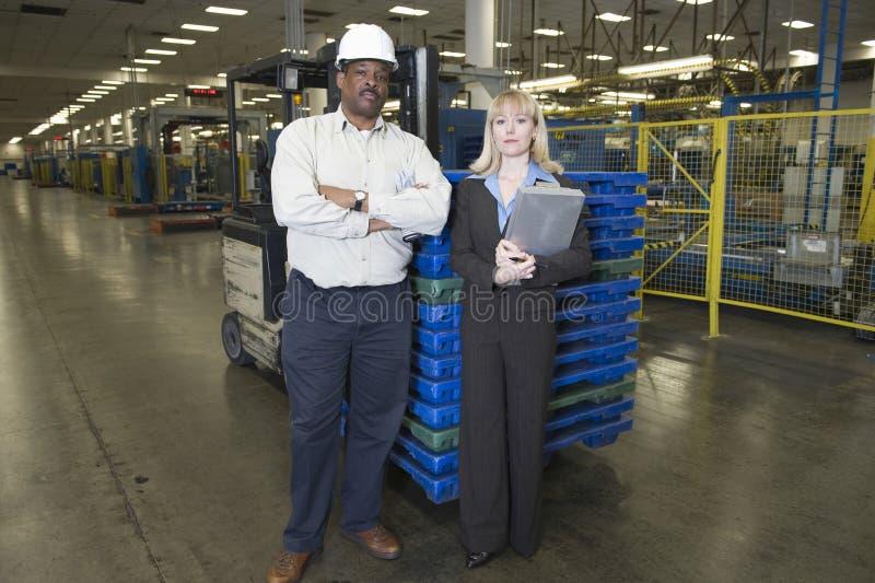 Πορτρέτο των χειριστών στο εργοστάσιο εφημερίδων στοκ φωτογραφία
