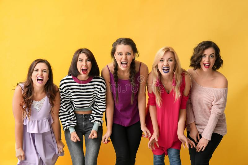 Πορτρέτο των όμορφων επιθετικών γυναικών στο υπόβαθρο χρώματος στοκ εικόνα