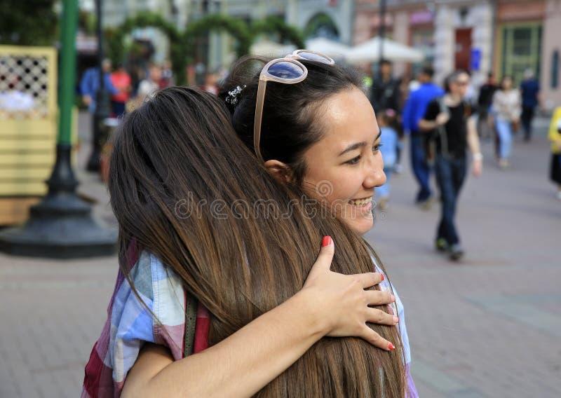 Πορτρέτο των όμορφων κοριτσιών που αγκαλιάζει στην οδό στοκ εικόνες με δικαίωμα ελεύθερης χρήσης