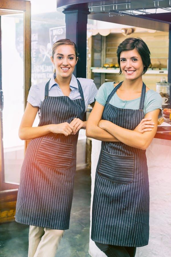Πορτρέτο των όμορφων σερβιτορών στο κατάστημα στοκ εικόνα