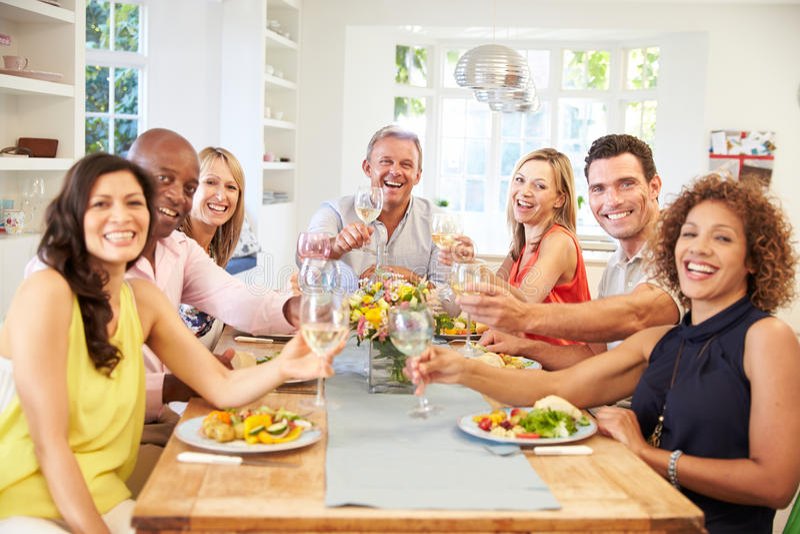 Πορτρέτο των ώριμων φίλων γύρω από τον πίνακα στο κόμμα γευμάτων στοκ φωτογραφία με δικαίωμα ελεύθερης χρήσης
