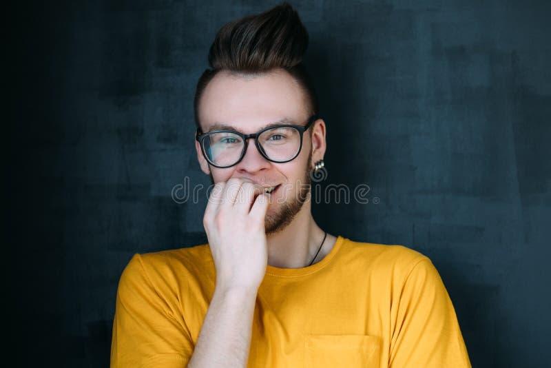 Πορτρέτο τύπων hipster γέλιου ντροπιασμένο συναισθηματικό στοκ φωτογραφίες
