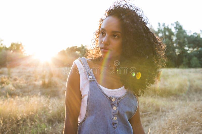 Πορτρέτο υπαίθρια μιας νέας αμερικανικής γυναίκας afro Κίτρινο backgro στοκ εικόνες