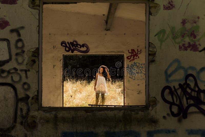 Πορτρέτο υπαίθρια μιας νέας αμερικανικής γυναίκας afro Κίτρινο backgro στοκ εικόνα με δικαίωμα ελεύθερης χρήσης