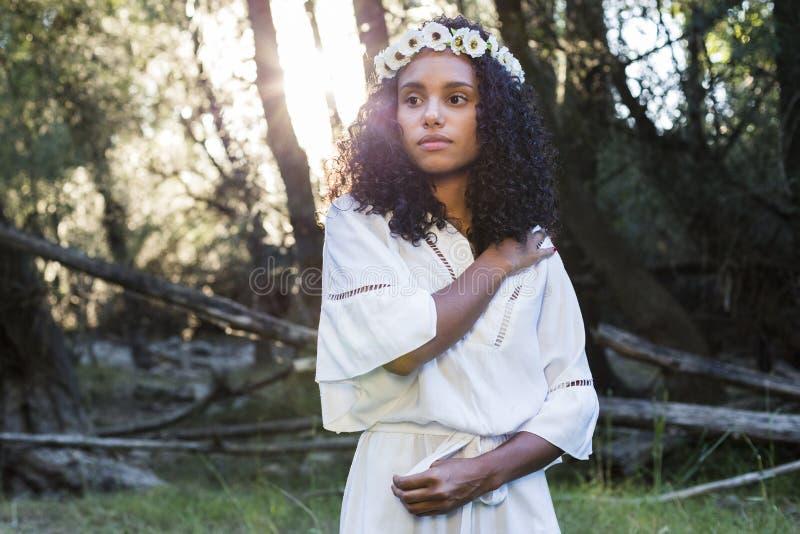 Πορτρέτο υπαίθρια μιας νέας αμερικανικής γυναίκας afro Πράσινο backgrou στοκ φωτογραφία