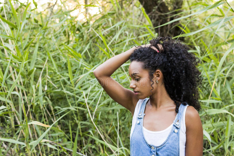 Πορτρέτο υπαίθρια μιας όμορφης νέας αμερικανικής γυναίκας afro στο SU στοκ εικόνες