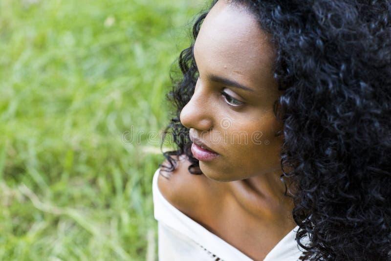 Πορτρέτο υπαίθρια μιας όμορφης νέας αμερικανικής γυναίκας afro στο SU στοκ φωτογραφία με δικαίωμα ελεύθερης χρήσης