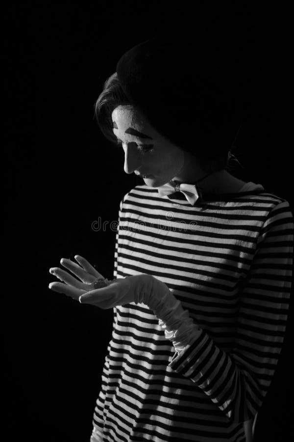 Πορτρέτο λυπημένο να φωνάξει mime στο μαύρο υπόβαθρο Πορτρέτο ενός αρσενικού mime καλλιτέχνη που στέκεται κάτω από την ομπρέλα πο στοκ εικόνες