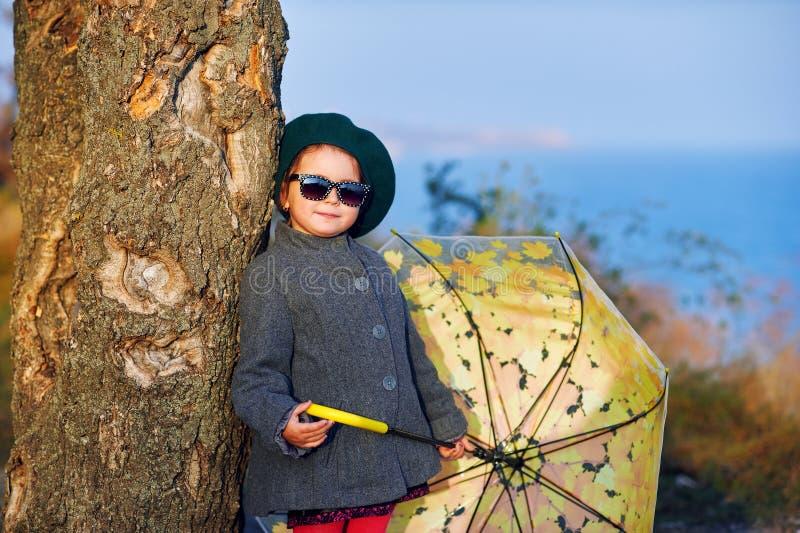 Πορτρέτο φθινοπώρου ενός μικρού κοριτσιού σε έναν περίπατο μια ηλιόλουστη ημέρα στοκ εικόνα