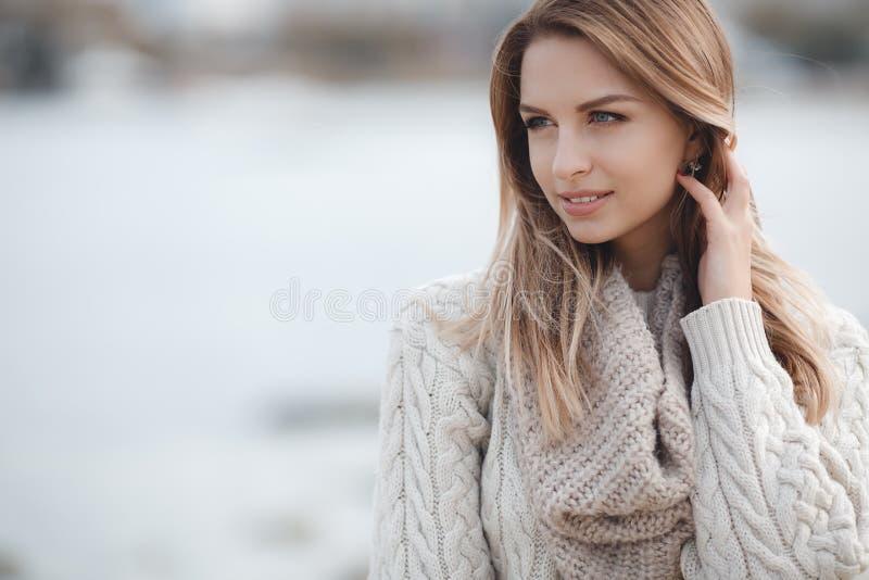 Πορτρέτο φθινοπώρου της όμορφης γυναίκας κοντά στη θάλασσα στοκ φωτογραφία