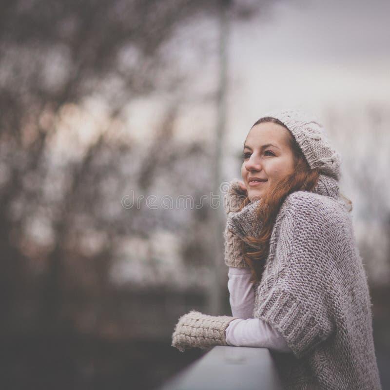 Πορτρέτο φθινοπώρου/χειμώνα: η νέα γυναίκα έντυσε σε μια θερμή μάλλινη ζακέτα στοκ φωτογραφία με δικαίωμα ελεύθερης χρήσης