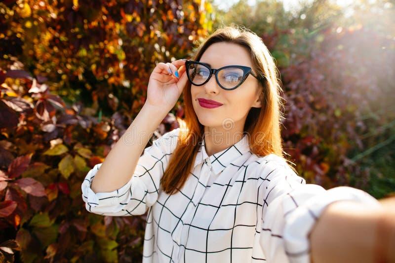 Πορτρέτο φθινοπώρου selfie ενός όμορφου κοριτσιού στοκ εικόνες