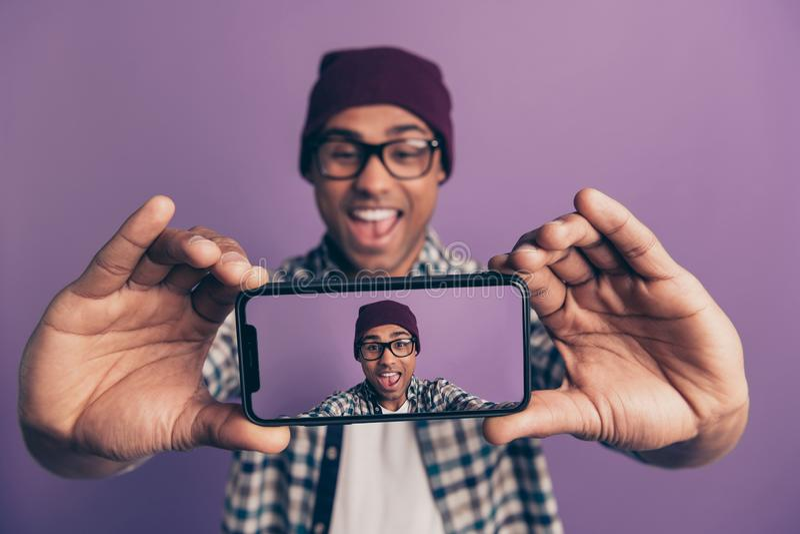 Πορτρέτο φωτογραφιών κινηματογραφήσεων σε πρώτο πλάνο του εύθυμου συγκινημένου fooling millenial influencer κραυγής γέλιου που κρ στοκ φωτογραφία