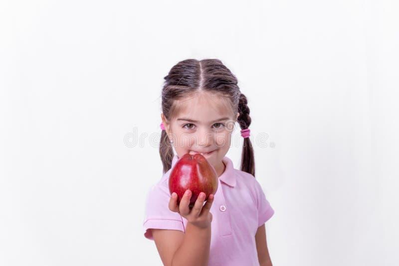 Πορτρέτο χαριτωμένου λίγο ευτυχές κορίτσι στη σχολική στολή στοκ εικόνες