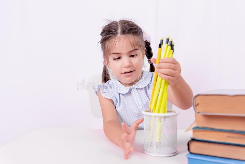 Πορτρέτο χαριτωμένου λίγο ευτυχές κορίτσι στη σχολική στολή στοκ φωτογραφίες