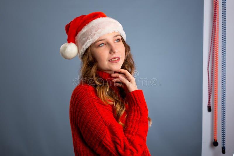 Πορτρέτο χαρούμενης όμορφης γυναίκας με κόκκινο άγιο βασίλη που γελάει απομονωμένη σε γκρι φόντο Όμορφο κορίτσι που δείχνει χαρού στοκ φωτογραφία με δικαίωμα ελεύθερης χρήσης