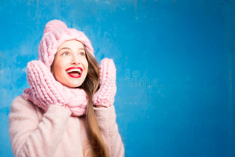 Πορτρέτο χειμερινών γυναικών στο μπλε υπόβαθρο στοκ φωτογραφία