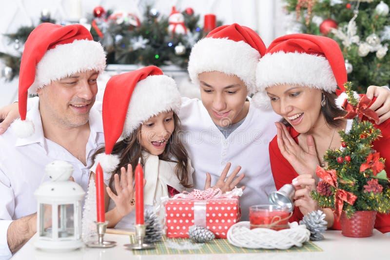 Πορτρέτο Χριστουγέννων οικογενειακού εορτασμού χαμόγελου των ευτυχών από κοινού στοκ φωτογραφία με δικαίωμα ελεύθερης χρήσης