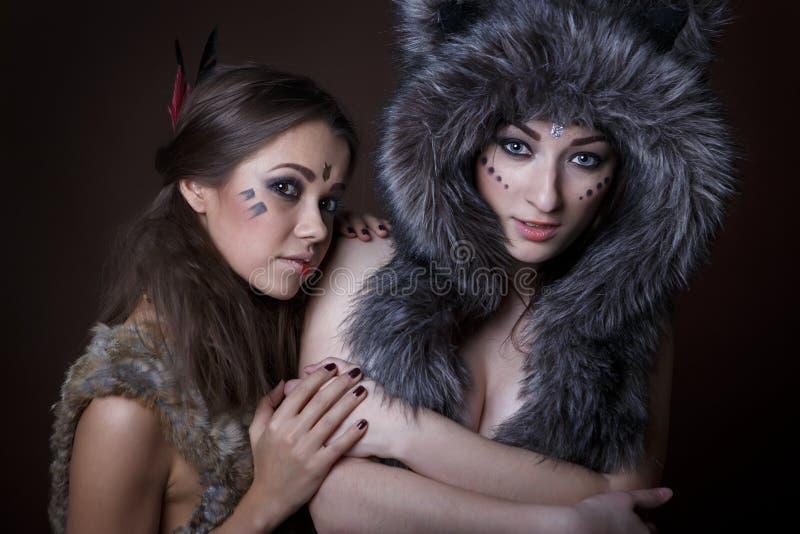 Πορτρέτο όμορφα νέα δύο κορίτσια στοκ εικόνες