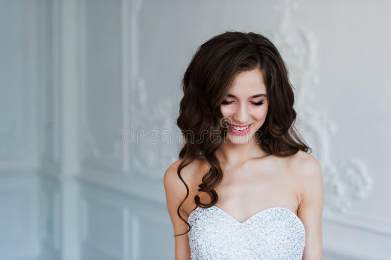 Πορτρέτο όμορφου γλυκού ενός αισθησιακού νυφών μόδας Ο γάμος αποτελεί και τρίχα Πράσινα μάτια στοκ εικόνα με δικαίωμα ελεύθερης χρήσης