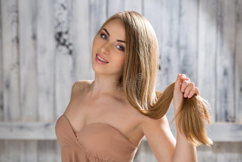 Πορτρέτο όμορφου ενός καφετιού - μαλλιαρό κορίτσι στοκ εικόνα με δικαίωμα ελεύθερης χρήσης