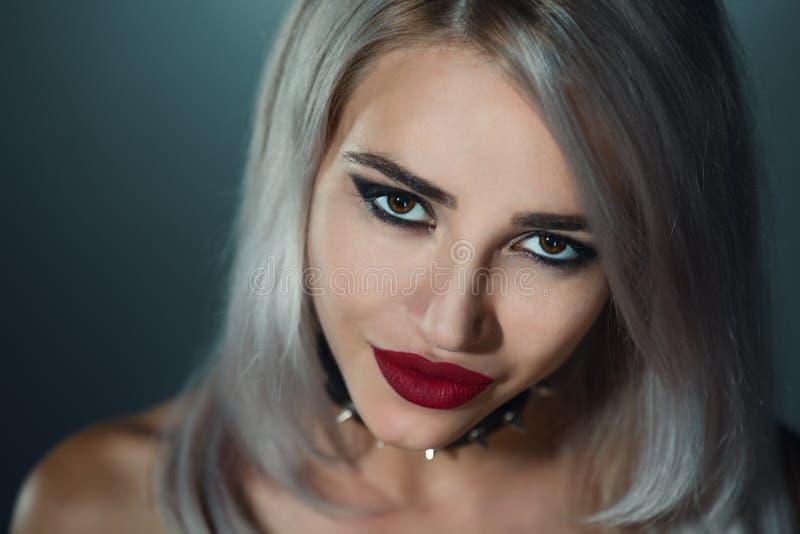 Πορτρέτο όμορφου ενός ξανθού με τα κόκκινα χείλια ένα περιλαίμιο με το spik στοκ εικόνα με δικαίωμα ελεύθερης χρήσης