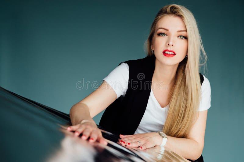 Πορτρέτο όμορφου ενός ξανθού με τα κόκκινα χείλια και το ανοικτό στόμα Υπόβαθρο σημύδων στο στούντιο στοκ φωτογραφία με δικαίωμα ελεύθερης χρήσης