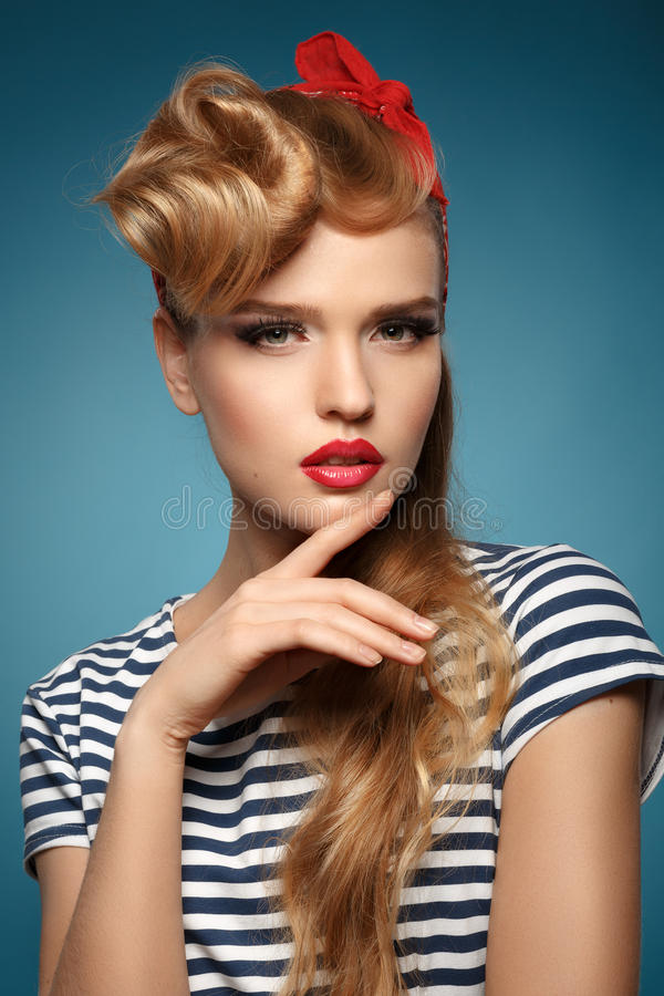 Πορτρέτο όμορφου ενός ξανθού με το κόκκινο μαντίλι στο κεφάλι στοκ εικόνες με δικαίωμα ελεύθερης χρήσης