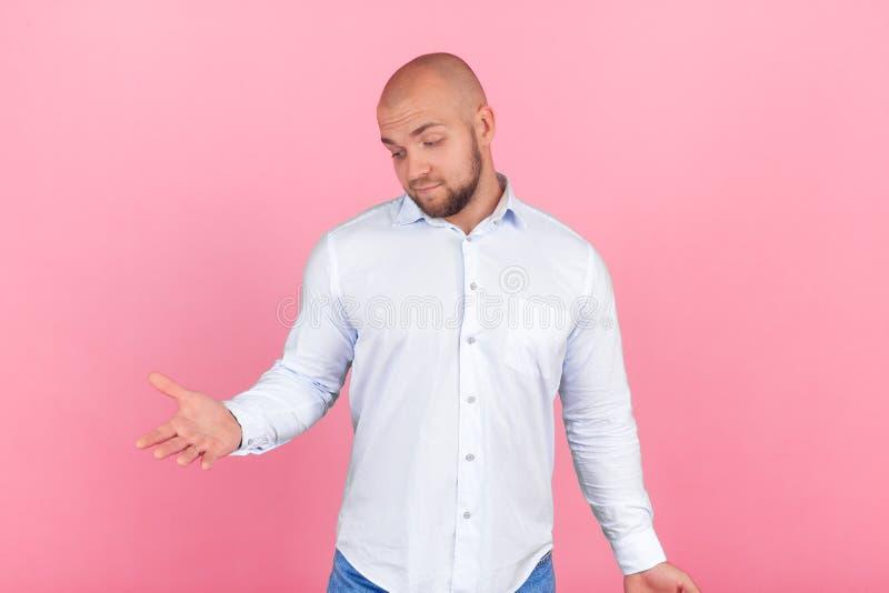 Πορτρέτο όμορφου ενός baldman με μια γενειάδα που ντύνεται σε ένα άσπρο και μπλε πουκάμισο απογοητευμένη εξέταση δεξή του όπου εσ στοκ φωτογραφίες με δικαίωμα ελεύθερης χρήσης