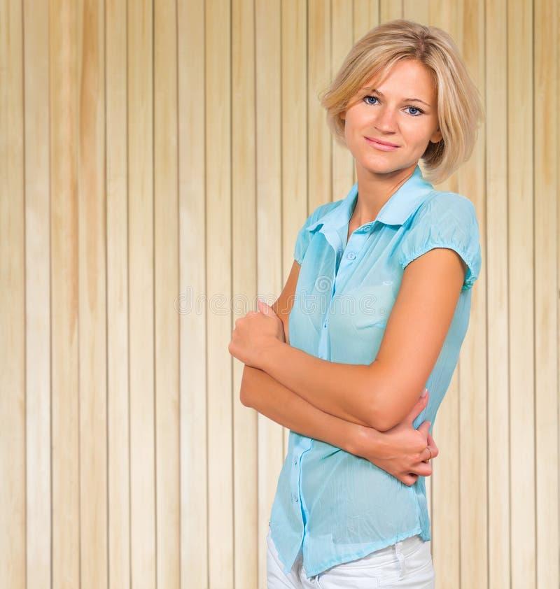 Πορτρέτο όμορφου νέου ξανθού στο υπόβαθρο του ξύλινου τοίχου στοκ εικόνες