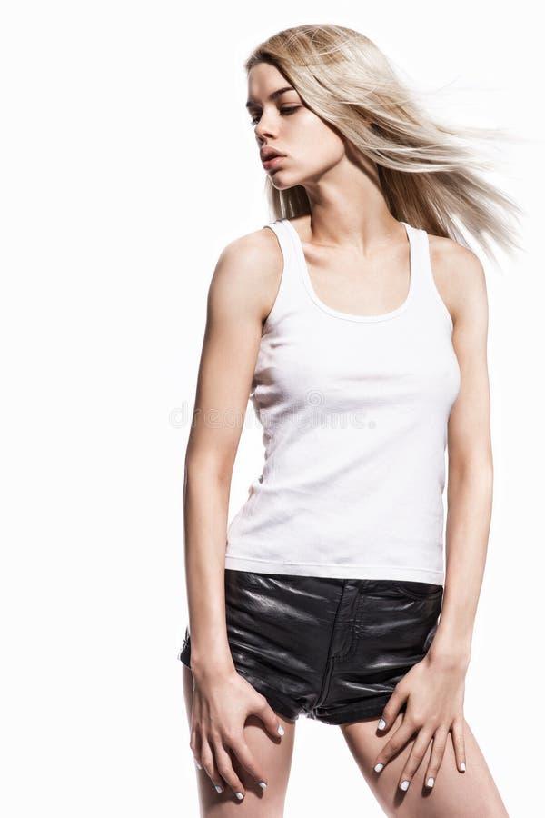 Πορτρέτο όμορφου προκλητικού ξανθού στο δέρμα απότομα στοκ φωτογραφία με δικαίωμα ελεύθερης χρήσης