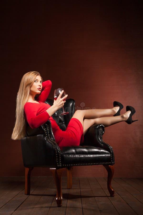 Πορτρέτο όμορφο ξανθό να βρεθεί στην πολυθρόνα στοκ εικόνες