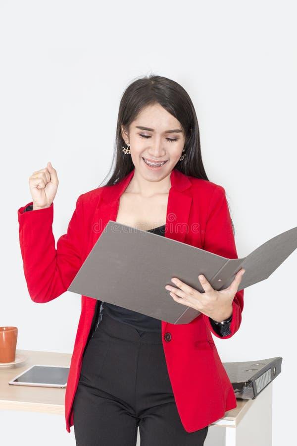 Πορτρέτο όμορφων 20-30 ετών Νέα επιχειρηματίας στο κόκκινο κοστούμι στοκ φωτογραφία με δικαίωμα ελεύθερης χρήσης