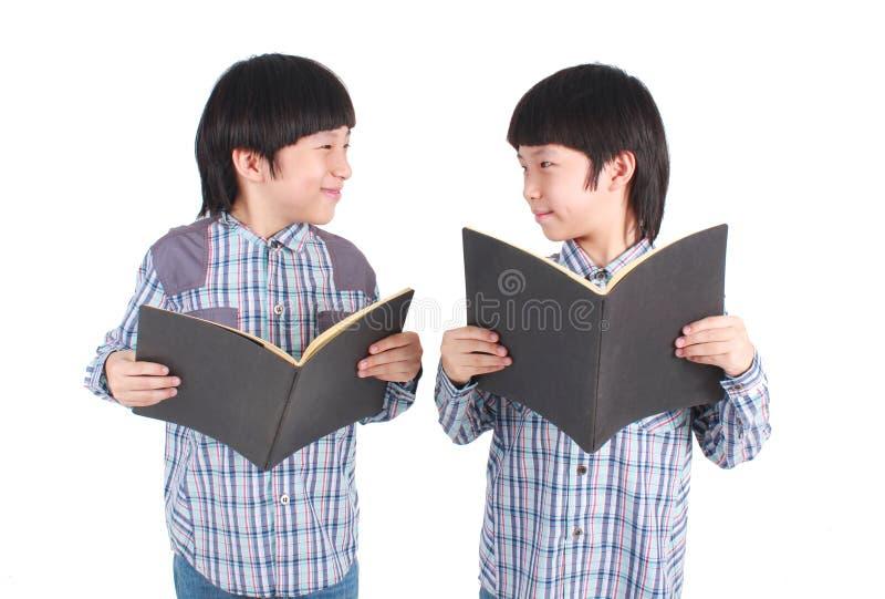 Πορτρέτο δύο αγοριών που κρατούν τα βιβλία στοκ φωτογραφίες με δικαίωμα ελεύθερης χρήσης